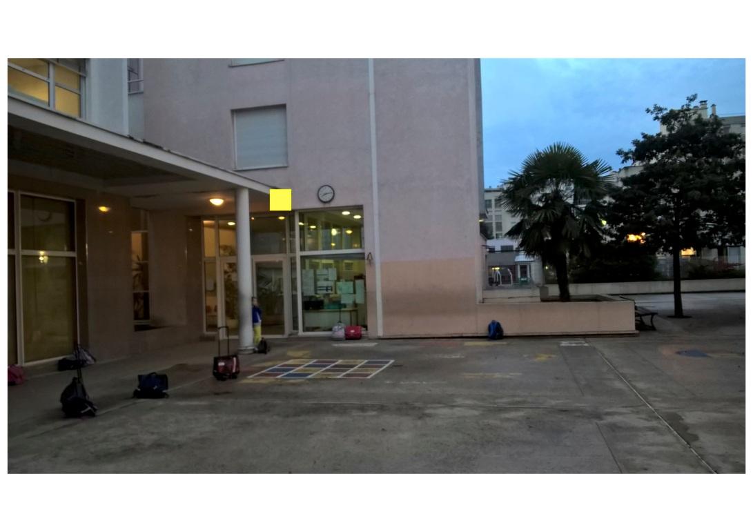 Voici notre école ! On voit les fenêtres de la salle polyvalente où nous chantons tous les lundis. Dans notre cour, il y a un palmier ! c'est rare à Courbevoie !